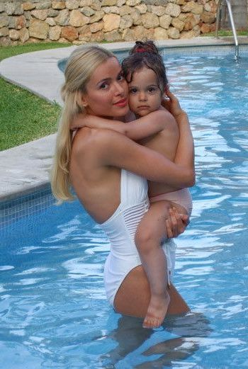 с дочерью в бассейне