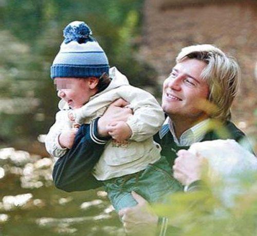 еще с маленьким сыном на руках