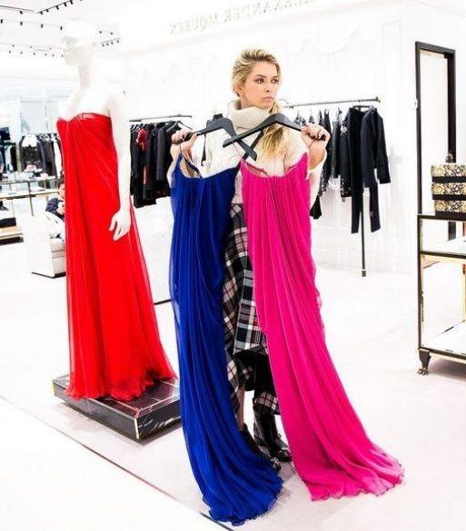 выбирает платья