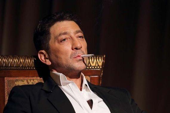курит в кресле