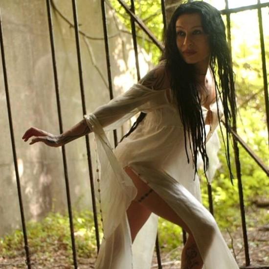 в белом платье