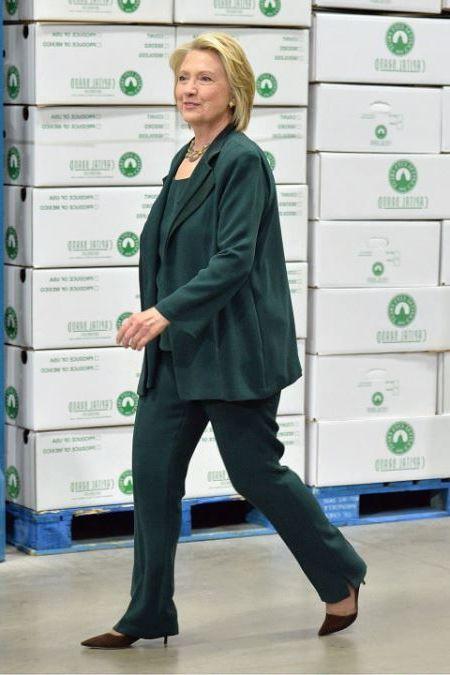 в зеленом костюме
