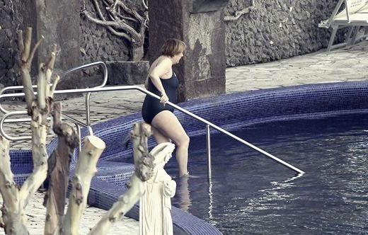 спускается в бассейн