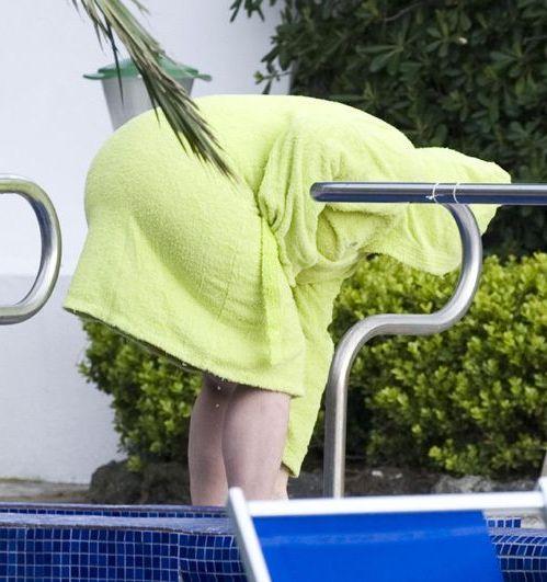 обмоталась полотенцем