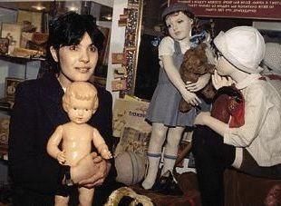 любит куклы