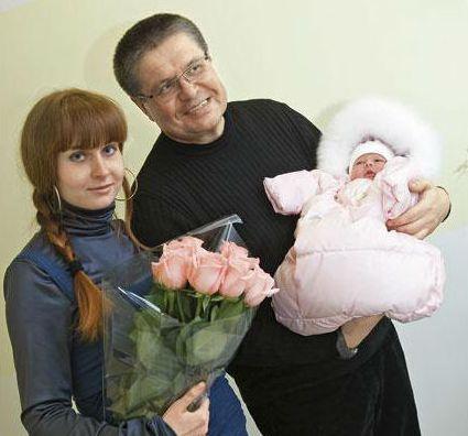 с новорожденной дочькой и женой