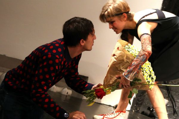дарит цветы