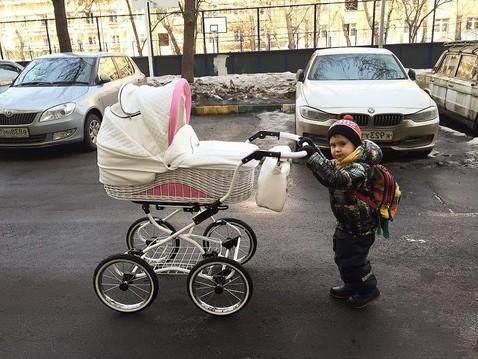 сын с коляской