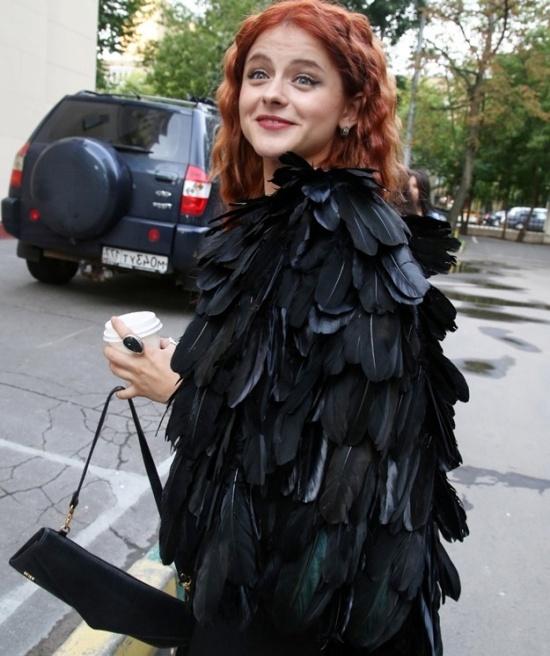 в платье с перьями