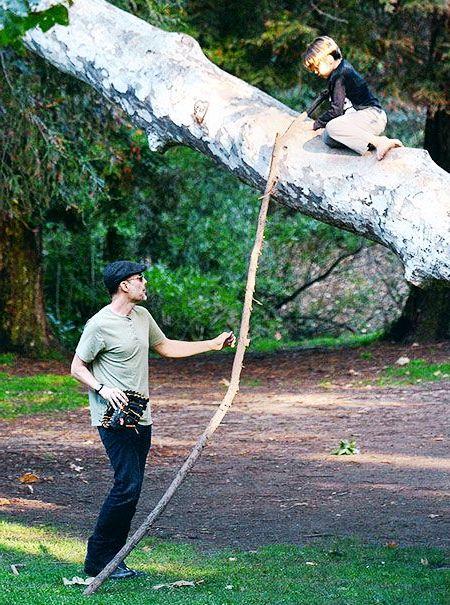 спасает племянника с дерева