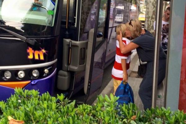 садится в автобус
