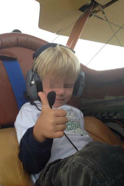 сидя в кресле самолета