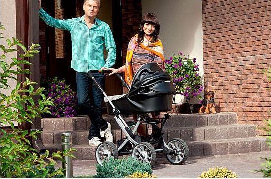 у дома с коляской