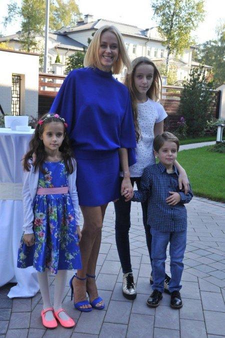 жена с детьми за городом